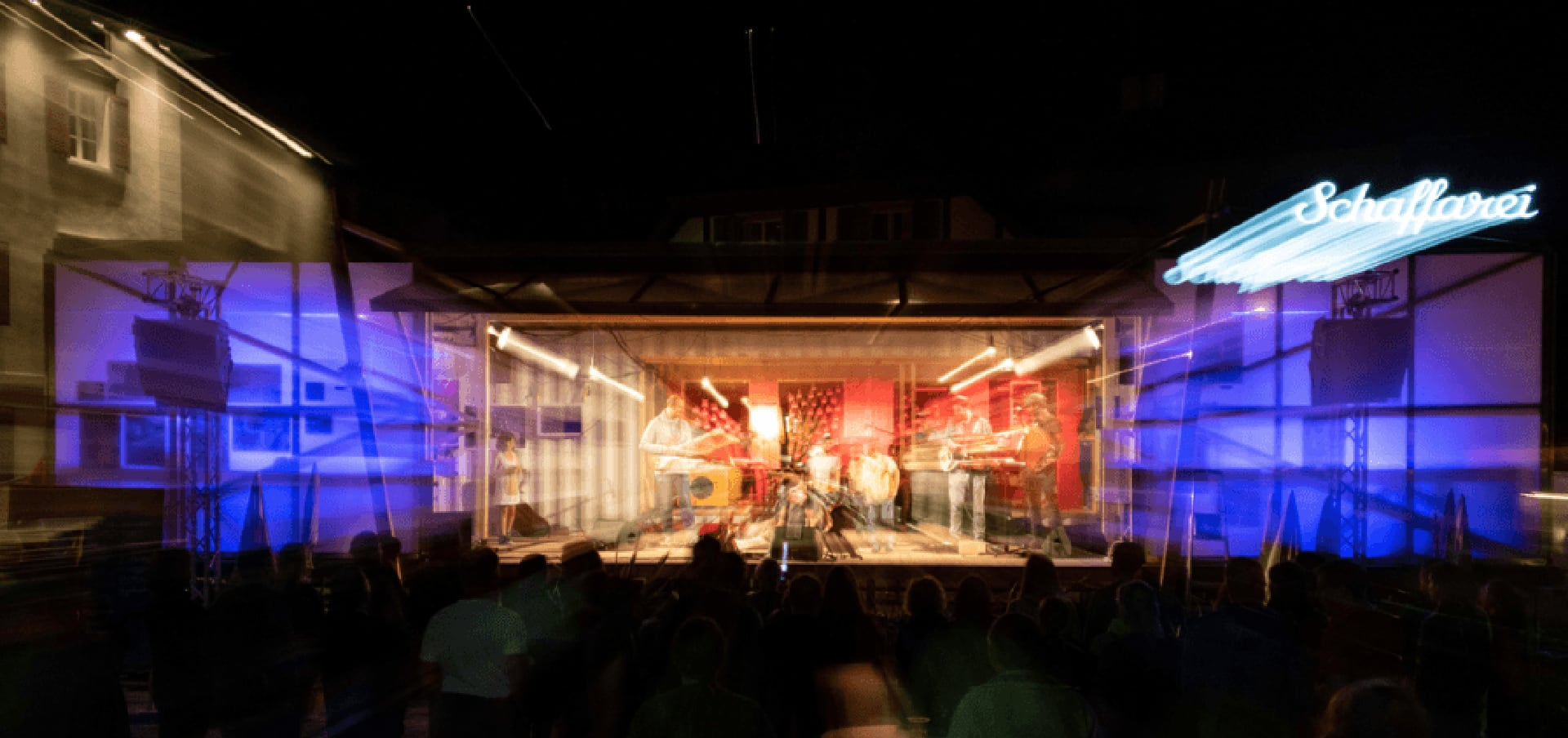 Nachtaufnahme der Bühne beim Konzert im Harder Stedepark.