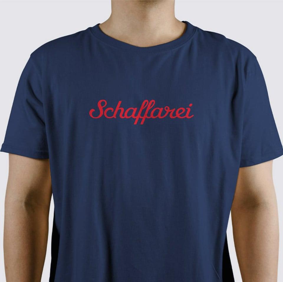 Blaues T-Shirt mit rotem Brustaufdruck Schaffarei.