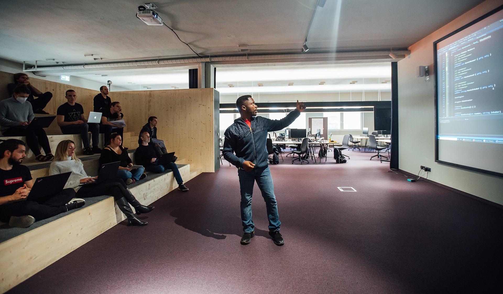Unterricht mit Trainer und Studenten im Digital Campus Vorarlberg
