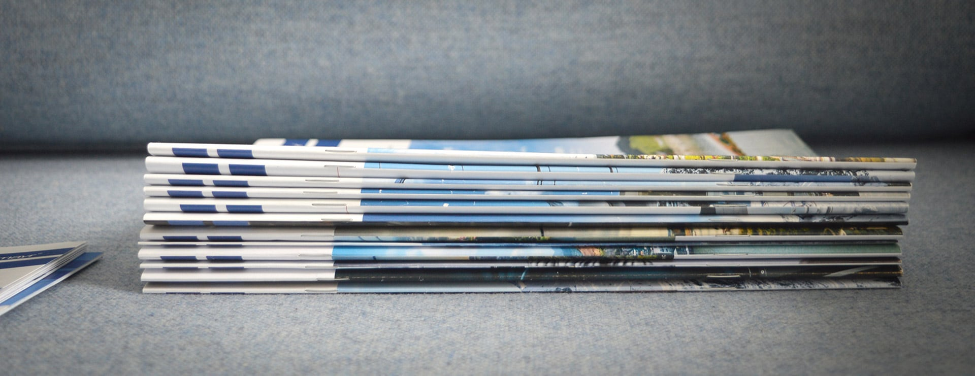 Stapel mit WIR Magazinen