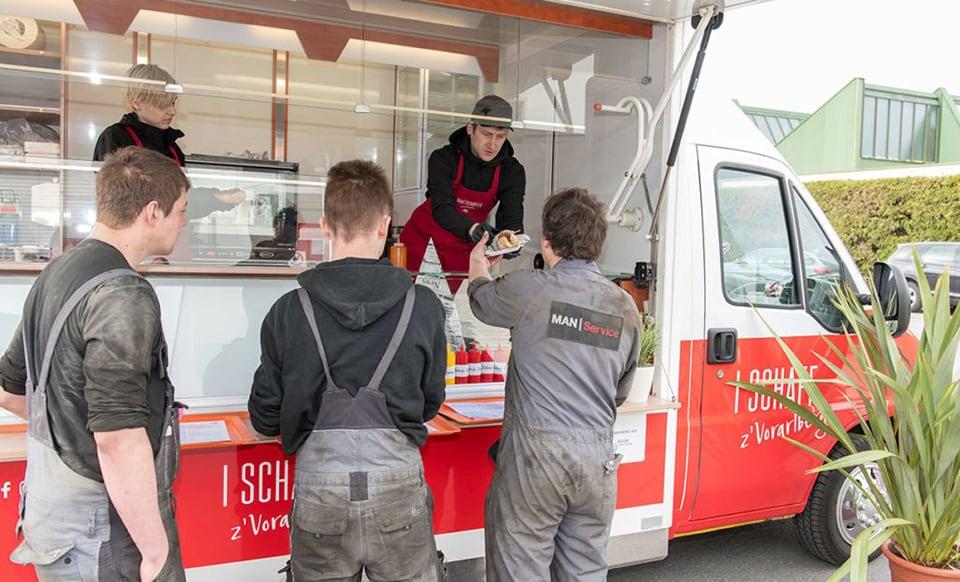 Essensausgabe beim Kraftwagen