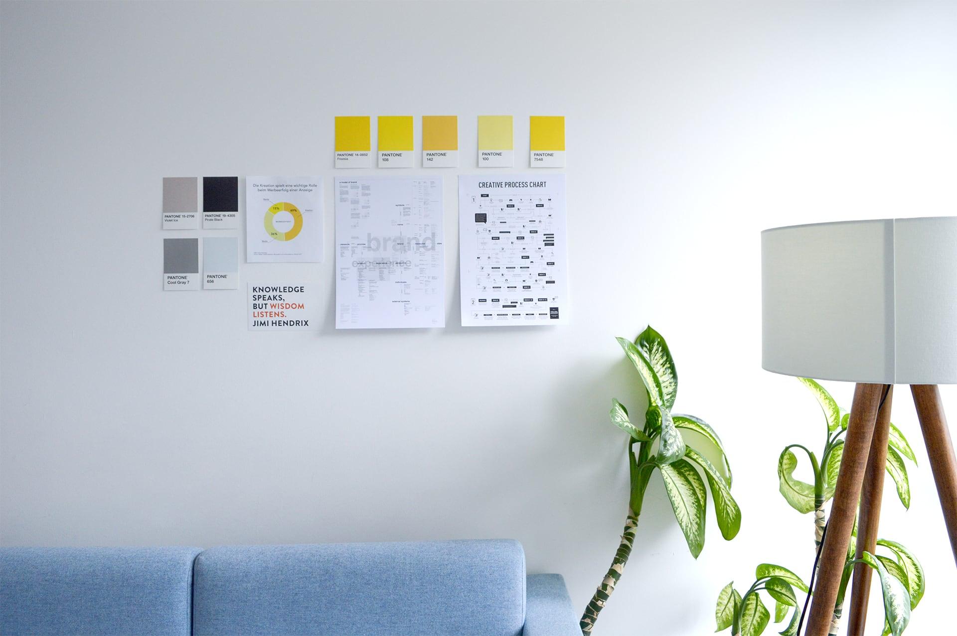 Wand im Besprechungsraum mit Pantone Farben