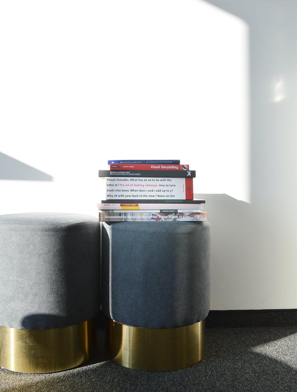Hocker mit Büchern