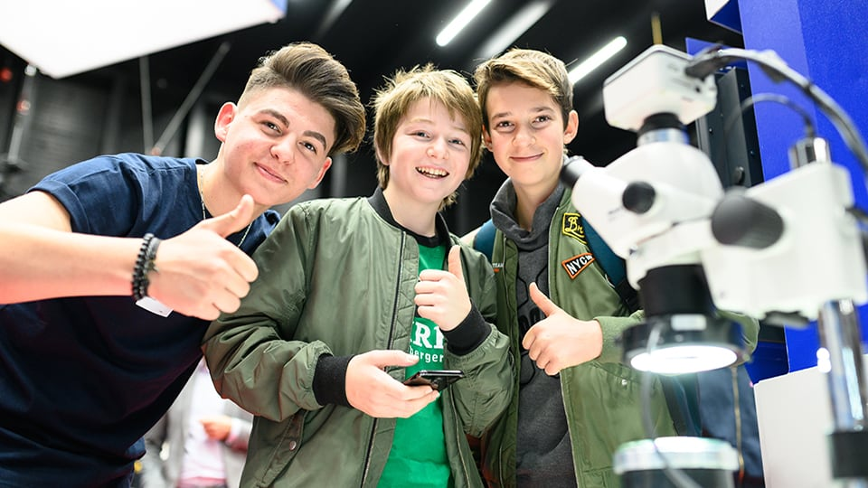 Coole Jungs am Messestand